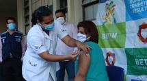 Ato simbólico marca início da vacinação dos profissionais da educação em Betim
