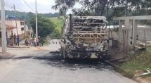 Trio armado rende motorista e incendeia ônibus