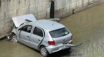 Veículo capota e cai em córrego na avenida Marco Túlio Isaac
